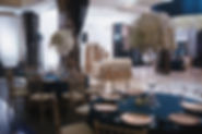 оформление банкетного зала на красивой и нежно свадьбе в ресторане. высокие свадебные композиции в стеклянных высоки вазах с роскошными цветочными шапками из белых фаленопсисов и гортензий на свадебных столах с оформленными золотыми тарелками и золотыми стульями кьявари за столами. свадебное агентство wedding production и команда свадебного организатора Ксении Стан в Тюмени сотворили неземную красоту. wpwedding