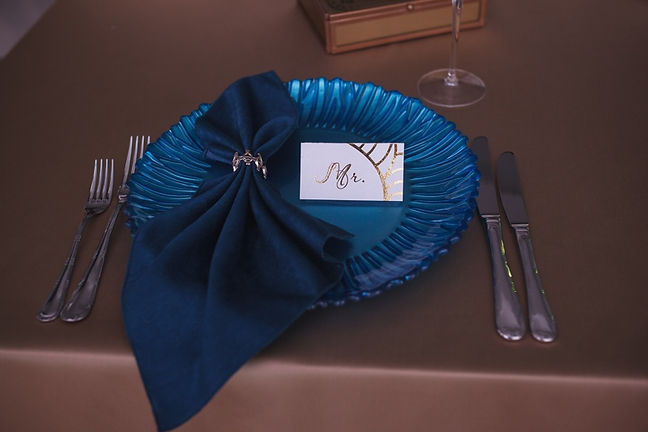 красивая тарелка синего цвета на свадьбе на столе молодоженов. свадьба в золото синих тонах от команды wedding production Тюмень wedding Production свадебное агенство нового уровня. европейский свадьбы выездный регистрации . Красивые и тольео стильный свадьбы в тюмени и по всей России.