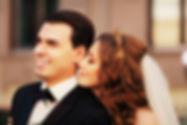 свадебный фотограф делает отличные свадебные снимки на свадьбе красивых молодожен