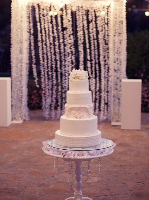 свадебный вечер после банкета, красивая фотография свадебной арки подсвечивающаяся вечерними огнями на белоснежной свадьбе организованной Ксение Стан и свадебныйм агенстом Тюмени wedding Production