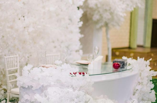 свадьба с белыми ветками, свадебный стол,декор,свадебное агенство