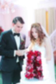 торт на свадьбе, как резать торт на свадьбе, молодожены на свадьбе, красивый торт из цветов