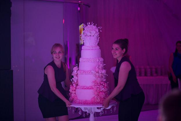 свадебный торт, организатор Свадебное агентство Тюмень Wedding Production , свадебный организатор Ксения Стан. декор WPdecor. Свадьба в шатре, вынос торта. Красивый свадебный торт.