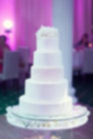 свадебный торт, белоснежный свадебный торт на потрясающей свадьбе, свадебный торт и дизайн wpdecor studio, свадебныйторт из нескольких ярусов на белоснежной свадьбе в Тюмени. свадебный организатор wedding production и Ксения Стан