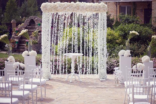 свадебная арка,свадебный стол,свадебные стулья кьявари, свадебные композиции,свадебные цветы и великолепный декор на свадьбе от свадебного агентства wedding production цзцуввштп, Тюмень, свадьба на природе, выездная регистрация,европейская свадьба, потрясающий декор и свадебный организатор Ксения Стан