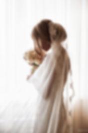 красивая невеста готовится выйти , подготовка невесты к выездной регистрации Тюмень. свадебное платье и красивейший свадебный букет дополняют нежную невесту волнующуюся перед встречей с будующим мужем. свадебное агенсво нового уровня в Тюмени представляет
