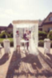 великолепная пара у красивой свадебной арки на белоснежной свадьбе организованной Ксение Стан и её командой Wedding Production, свадебное агентство Нового Уровня представляет красивейшую и нежнейшую свадьбу в воздушных белых цветах от wpdecor. свадебное агентство wedding production