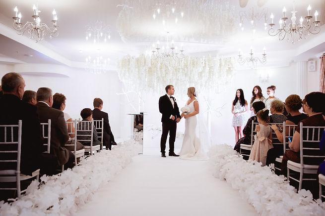 потрясающая выездная регистрация, свисвающие шикарные цветы,деревья,подружки невесты и гости на свадьбе. свадебное агентство Тюмень