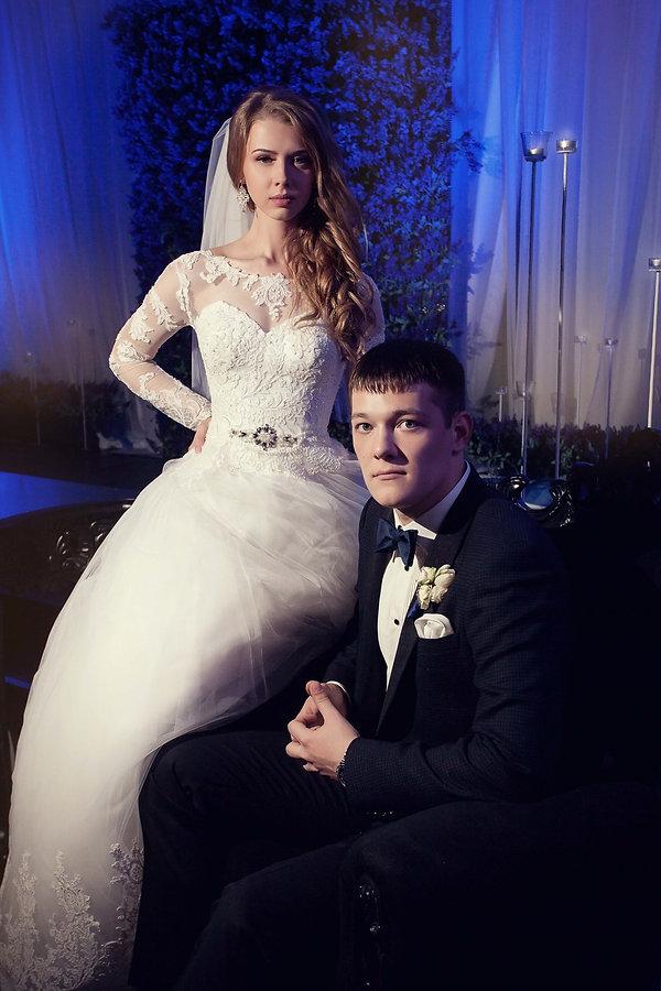 шикарные молодожены на выездной регистрации. красивый декор, свечи,цветочные композиции,зона выездной регистрации и з цветов, и россыпь свечей . красивая невеста в белом платье. свадебное платье.