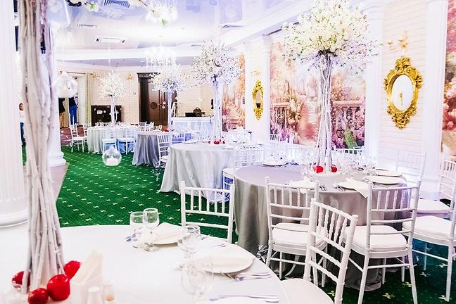 свадебный текстиль, скатерть на столах,высокие цветочные композиции
