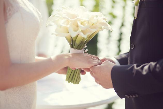 красивый свадебный букет на выездной регистрации свадьбы, молодожены летним днём у белоснежной свадебной арки . свадебный организатор Ксения Стан и свадебное агентство Wedding Production нового уровня в Тюмени.