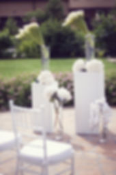свадебные композиции на выездной регистрации в Тюмени, красивые цветы от wpdecor и wpwedding wedding production свадебного агентства Тюмень. красивые калы и белоснежные гортензии на летней свадьбе.