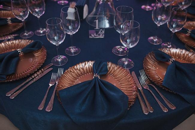 подтарельники на гостевых столах золотого цвета. Тюмень wedding production , красивый декор от компании wpdecor studio.