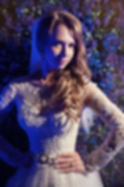 невероятно сочная фотография красивой невесты, свадебная прическа и свадебный макияж в идеальном сочетании со свадебныйм платье в свадебном образе. организатор красоты свадебное агентство в Тюмени. свадебный организатор тюмень