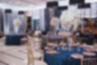 ресторан винтаж преобразился. Тюменская садьба в золо-синей цветовой гамме , очень красивые золотые стулья кьявара , стеклянные высокие красивые вазы с белоснежными цветочными композициями на гостевых столах со свадебныйми синими скатетями и тарелками золотого цвета. дизайн и декор wpdecor studio. свадебное агентство wedding production