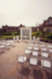 свадебная красивая белоснежная арка у отлея Гарден Отель Тюмень. выездная регистрация брака на улице, выездная регистрация на природе от свадебного агентства Wedding Production, европейская выездная регистрация свадьбы в тюмени.