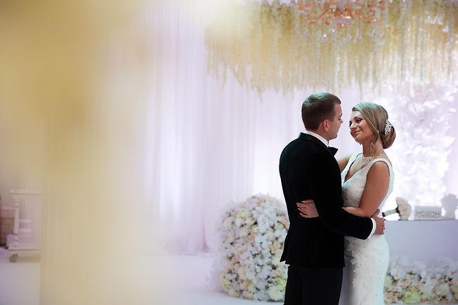 Потрясающие молодожены и потрясающий декор на потрясающей свадьбе.