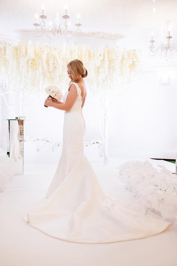 красивая невеста на выездной регистрации