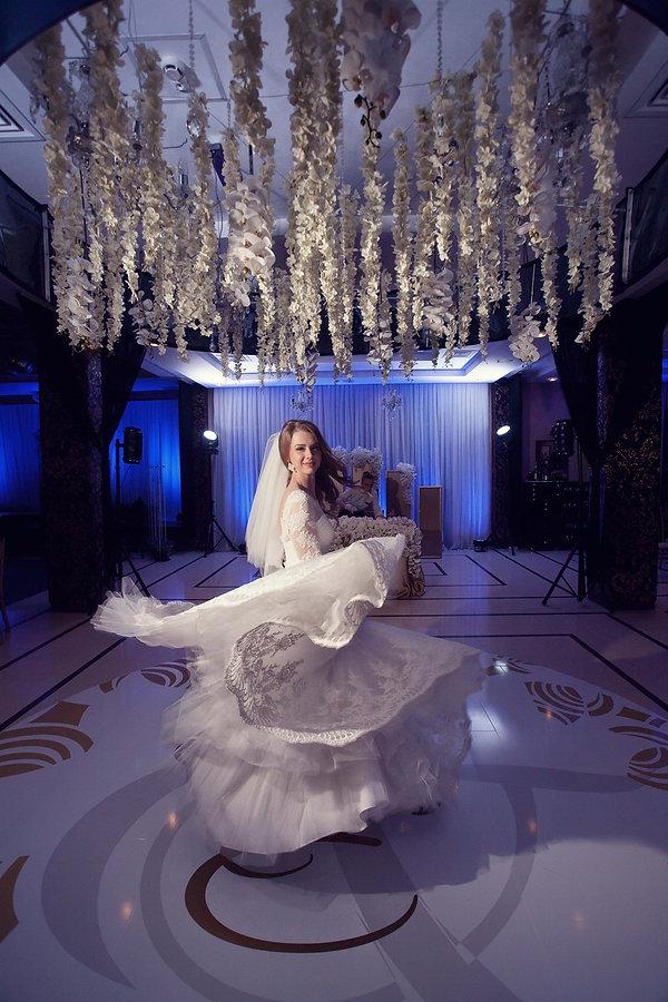 обворожительная невеста на свадьбе в окружении стильного декора созданного командой WPdecor studio от команда свадебного организатора Ксении Стан и свадебного агентства нового уровня wedding production