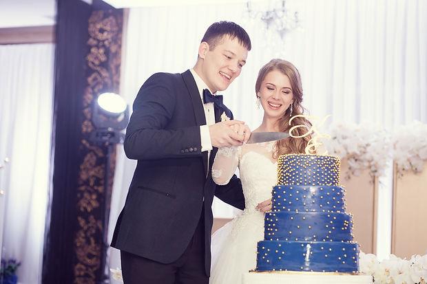 молодожены режут свадебный торт , красивый торт был специально создан , дополняя общую стилистику свадьбы созданную студией декора WPdecor studio в Тюмени и свадебным агенством в Тюмени wedding Production а так же свадебным организатором Ксенией Стан и её командой WPwedding