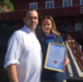 Ellen og oliver fikk overrekt diplom for Åfjords beste handelsbedrift 2015