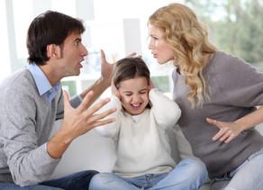 Una madre che induce la figlia a mentire riguardo al padre può perdere l'affidamento condiviso.