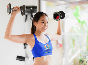 sports-bra-mockup-of-a-woman-lifting-wei