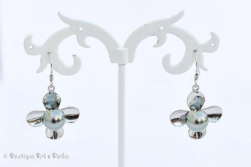 Pendientes de plata en forma de flor con perlas azules