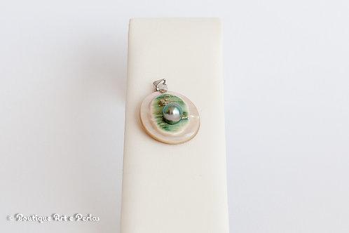 Colgante ovalado de nácar con perla