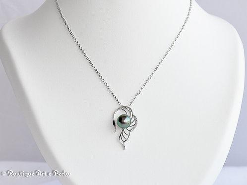 Cadena de plata con colgante en forma de ala con circonitas y perla verde/azul