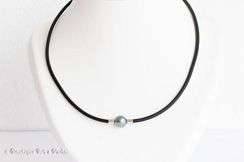 Collar de caucho negro y perla azul
