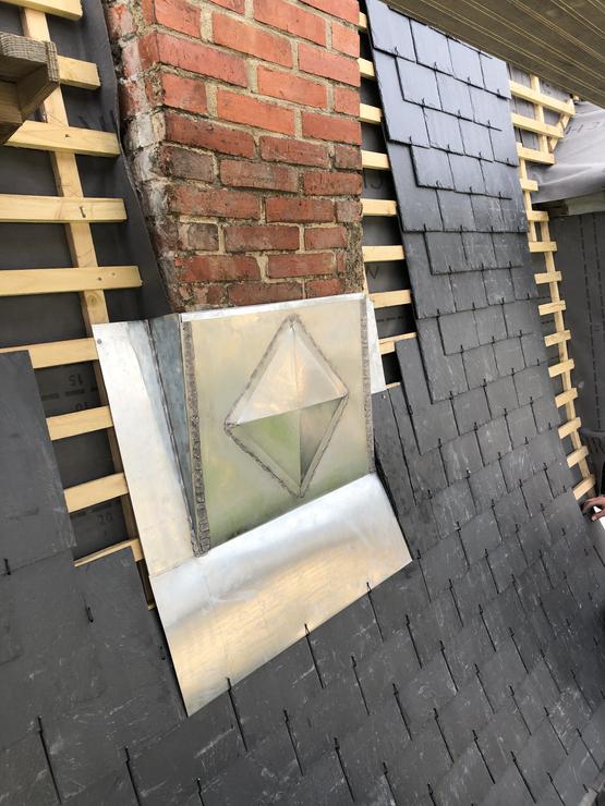 élément décoratif en zinc sur abergement de cheminée