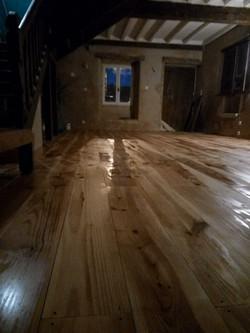 Pose et traitement de plancher pin