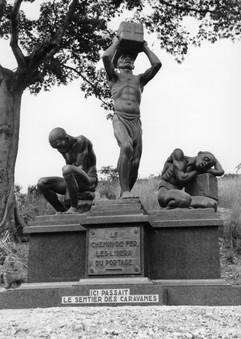 Monument élevé sur l'ancien sentier des caravanes pour le 50e anniversaire de la construction du chemin de fer Matadi-Léo