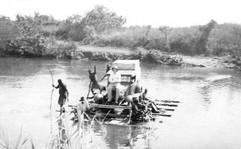 Un petit bac sur la rivière Nzoro, affluent de la Dundu qui devient l'Uélé, 1931