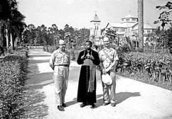 Mgr Pierre Kimbondo, premier évêque congolais devant la cathédrale de Kisantu