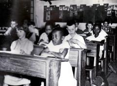 Enfants européens et burundais à l'école primaire de Kitega