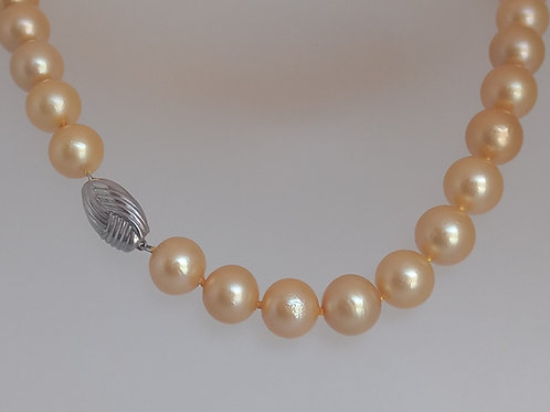 Golden pearls necklace