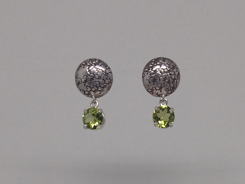 Earring in sterling silver with peridot.