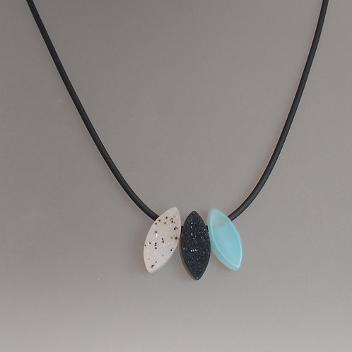 Necklace agate shapes on rubber