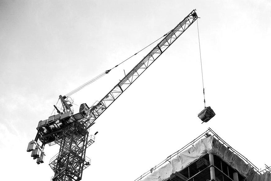 Crane%20lifting%20on%20construction%20si