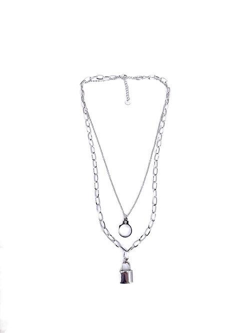 Collier double rang avec pendentif cadenas