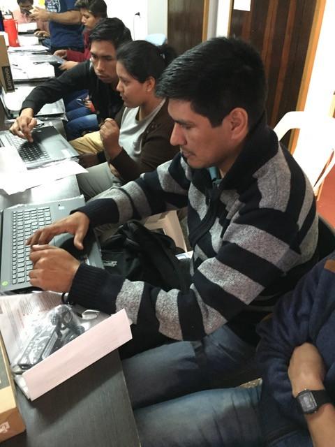 Sala con 6 computadoras disponible para los estudiantes