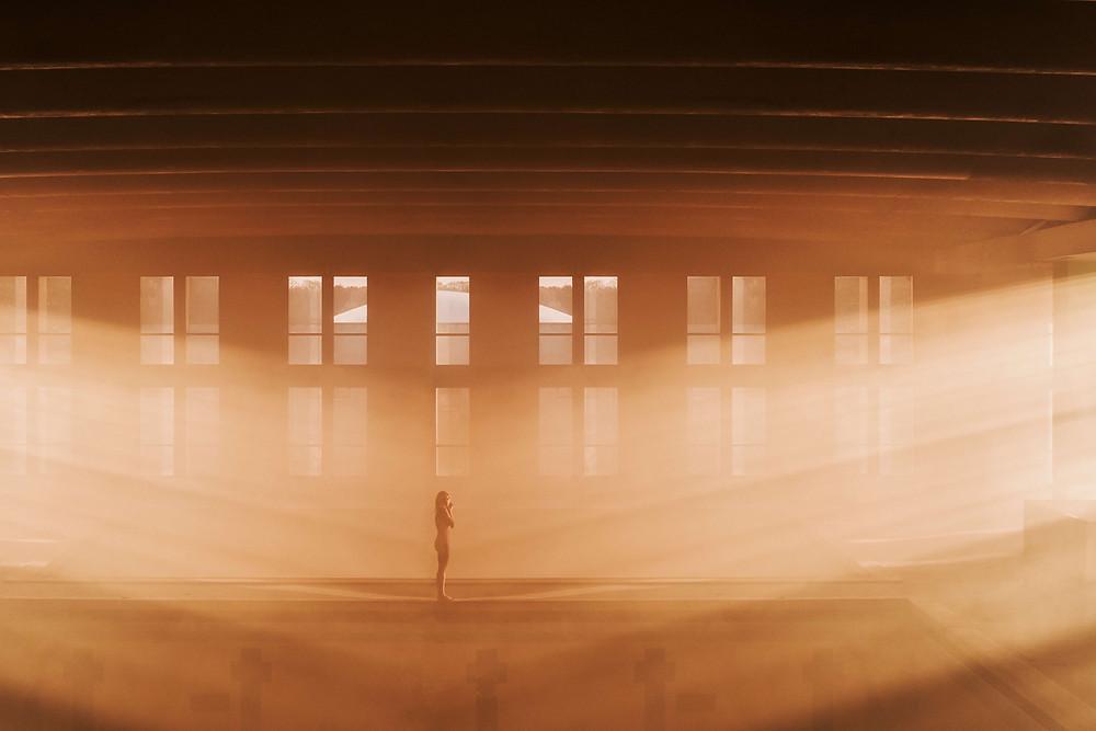 Marc Lamey femme seule dans une piscine au levé du jour la lumière est plongeante