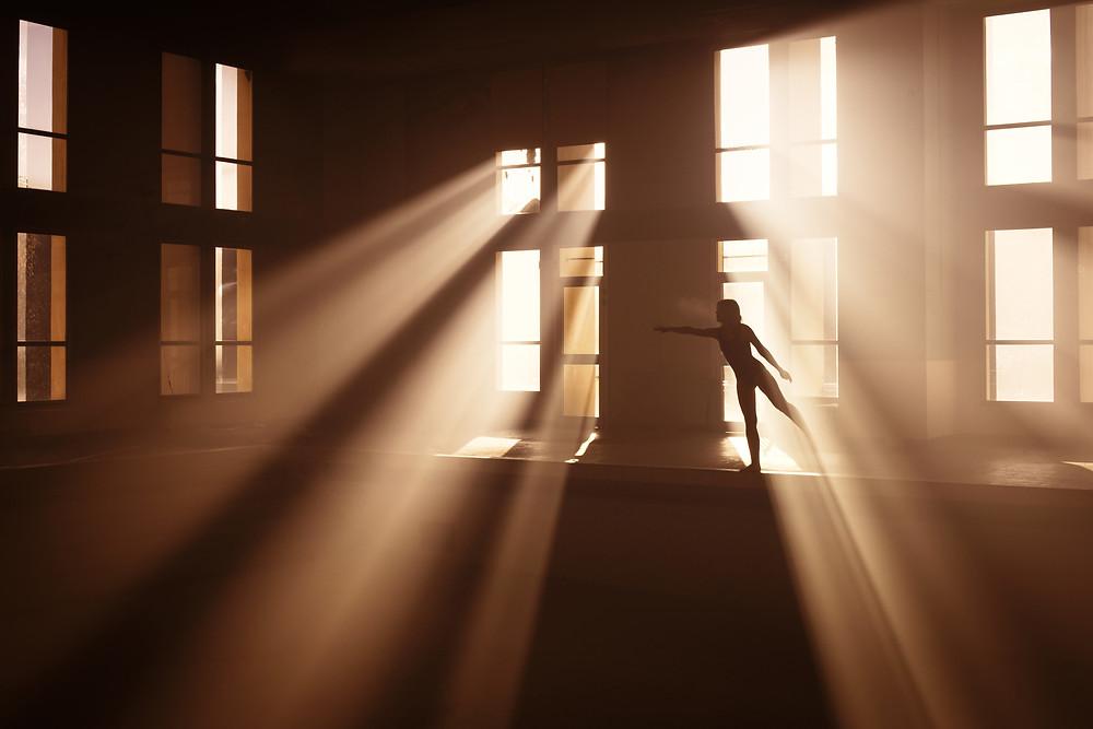 Marc Lamey femme au bord d'une piscine se dessinant dans la lumière et l'ombre