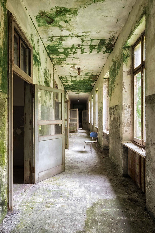 Waking up in a decay world, 2017 Italy
