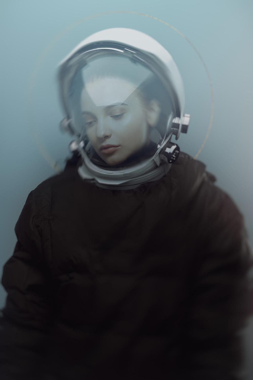 femme pâle portant un casque d'astronaute