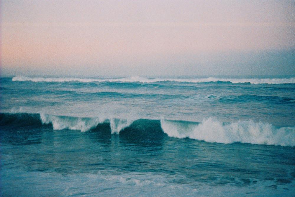 des vagues se fracassent sur la plage