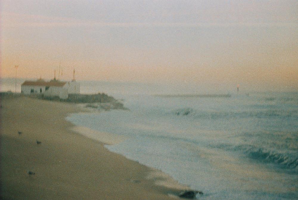 une chapelle au bord de la mer au portugal