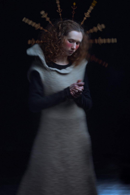 femme en habits médiévaux